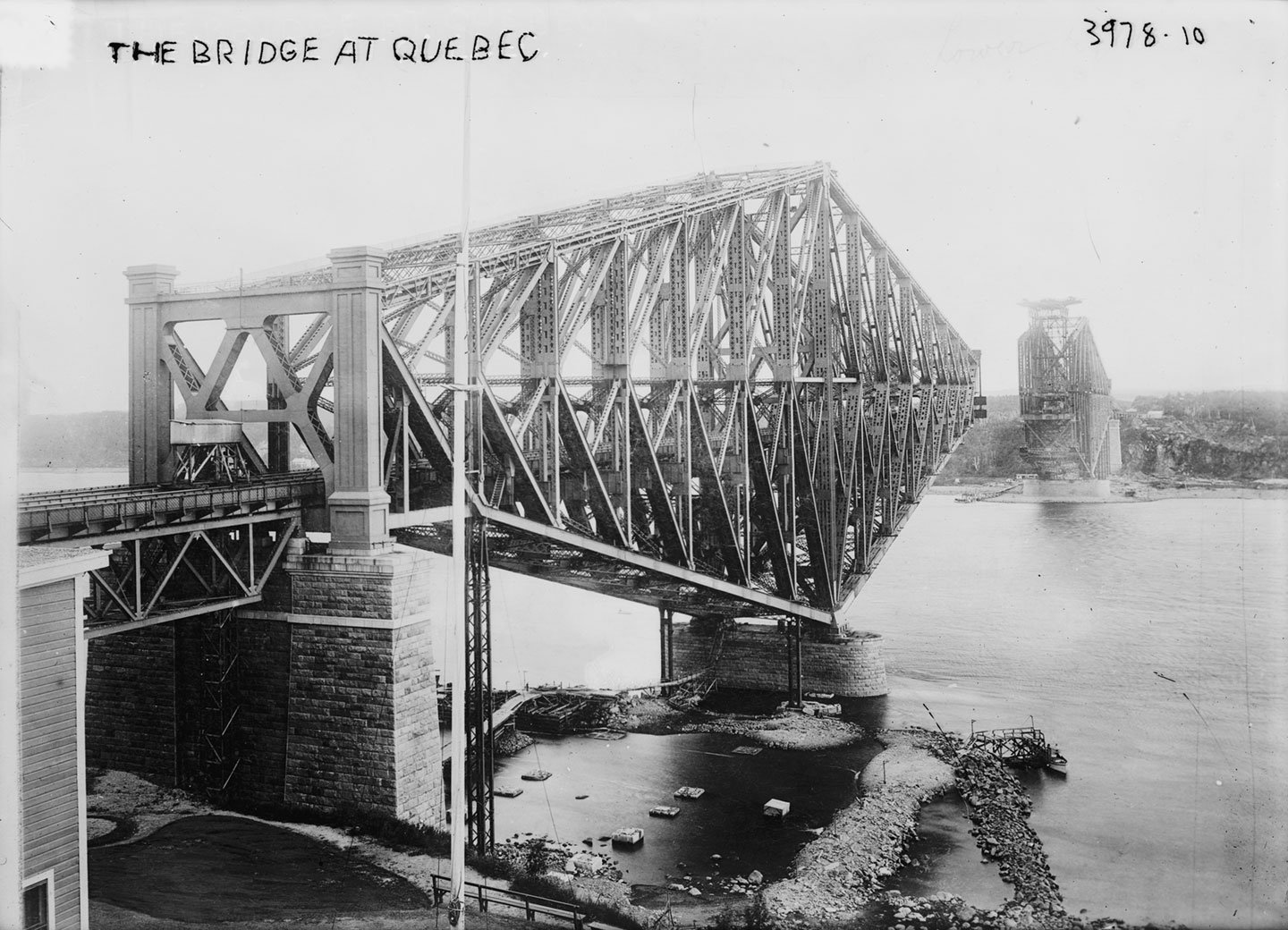 Québec Bridge collapses with huge loss of life